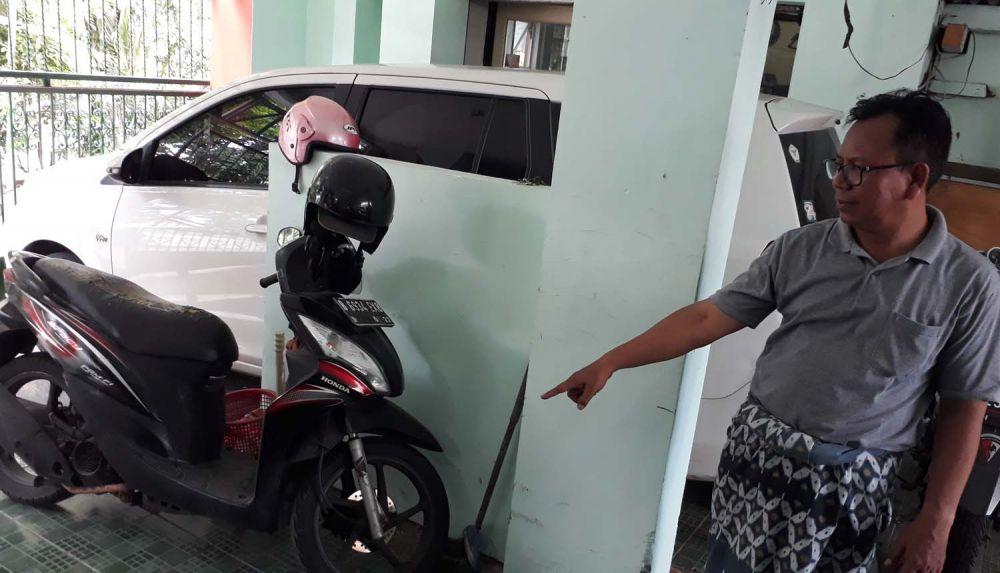 Dwi Susetya Baduin menunjukkan lokasi parkir motor Honda CBR milik anaknya yang dicuri para pencuri bersenjata bom ikan