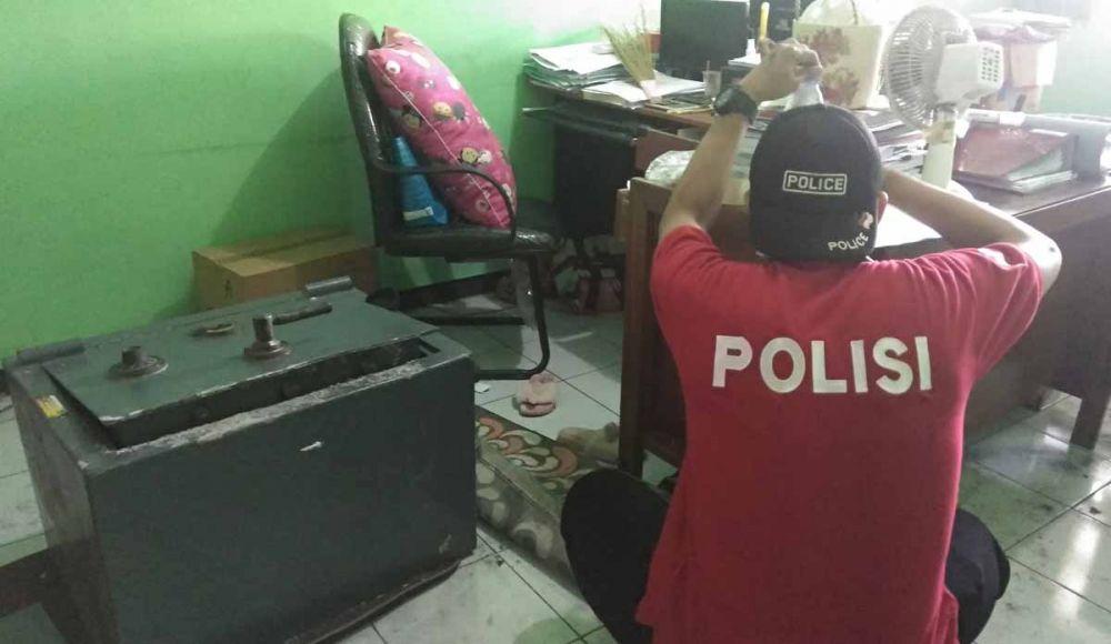 Polisi melakukan identifikasi di lokasi pembobolan brankas di Mojokerto