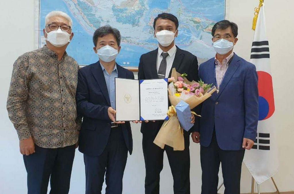 Bripka Febri Rijal Syaifudin (dua dari kiri) bersama Konsul Kedubes Korea Selatan untuk Indonesia di Jatim