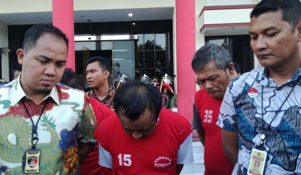 Kanit Jatanras Polrestabes Surabaya Iptu Giadi Nugraha (kiri) menginterogasi Broto (menundukkan kepala)