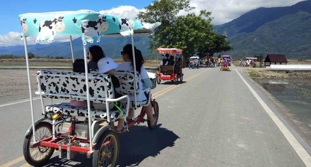 Warga desa menyewakan sepeda roda dua dan empat untuk para wisatawan