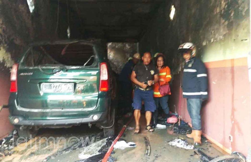 Chandra Oratmangun saat menjadi Kepala Dinas Pemadam Kebakaran Kota Surabaya mengevakuasi salah satu korban kebakaran (Foto: Dok. jatimnow.com)