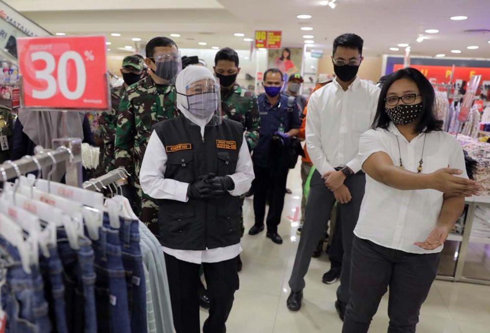Gubernur Jatim Khofifah Indar Parawansa saat membagikan masker gratis dari Presiden Jokowi di Pasar Kapasan dan Kapas Krampung Plaza Surabaya