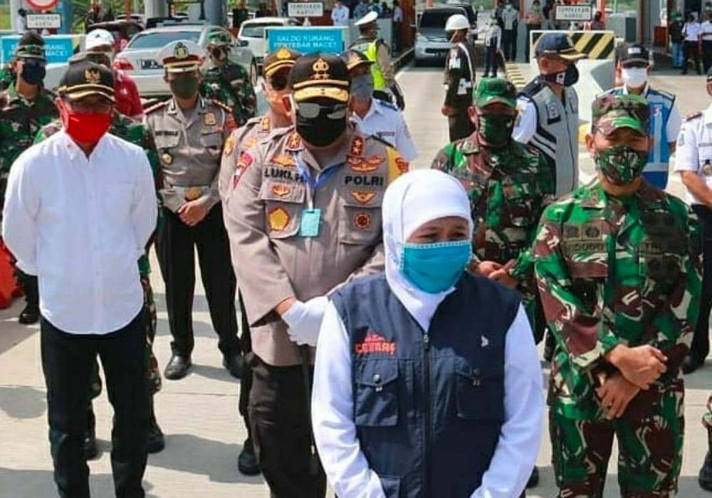 Gubernur Jatim Khofifah dan forkopimda meninjau check point larangan mudik ke Jatim di Tol Ngawi-Sragen-Mantingan, Minggu (26/4/2020)
