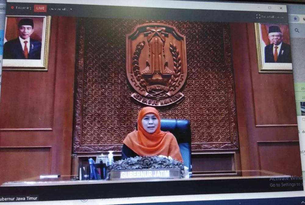 Gubernur Jatim Khofifah Indar Parawansa saat live Webinar Zoom dengan 100 pemimpin redaksi (pemred) media yang tergabung dalam Asosiasi Media Siber Indonesia (AMSI) dengan tema 'Membangun Sinergi Hadapi Pandemi' pada Selasa (5/5/2020) malam