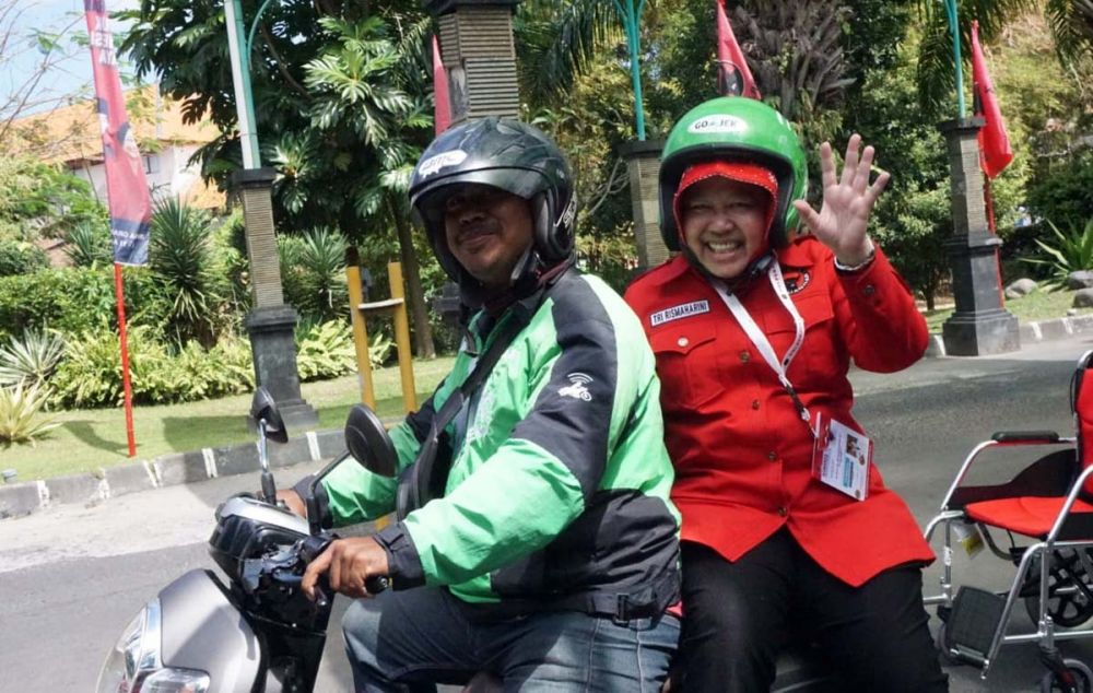Wali Kota Risma saat tiba di lokasi kongres PDIP Bali