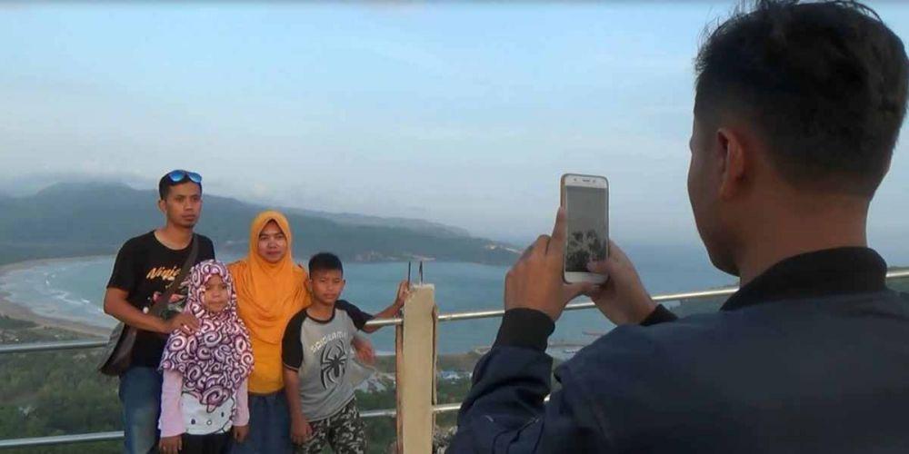 Bukit Sentono Gentong Pacitan, jadi tempat indah untuk berfoto bersama