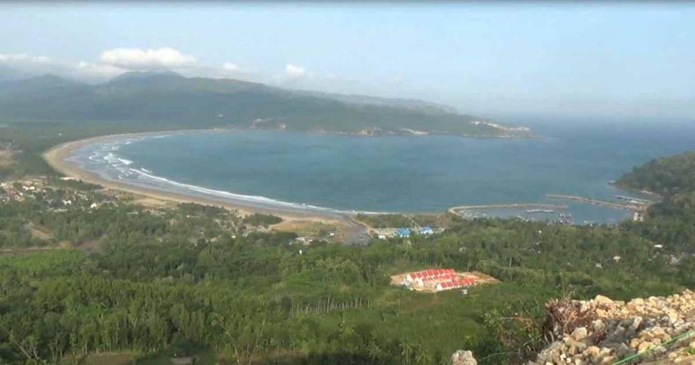 Hamparan laut dilihat dari Bukit Sentono Gentong
