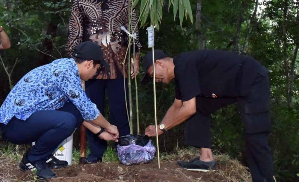 Aksi tanam pohon bambu Bupati Cak Ipin di Hotan Kota Trenggalek