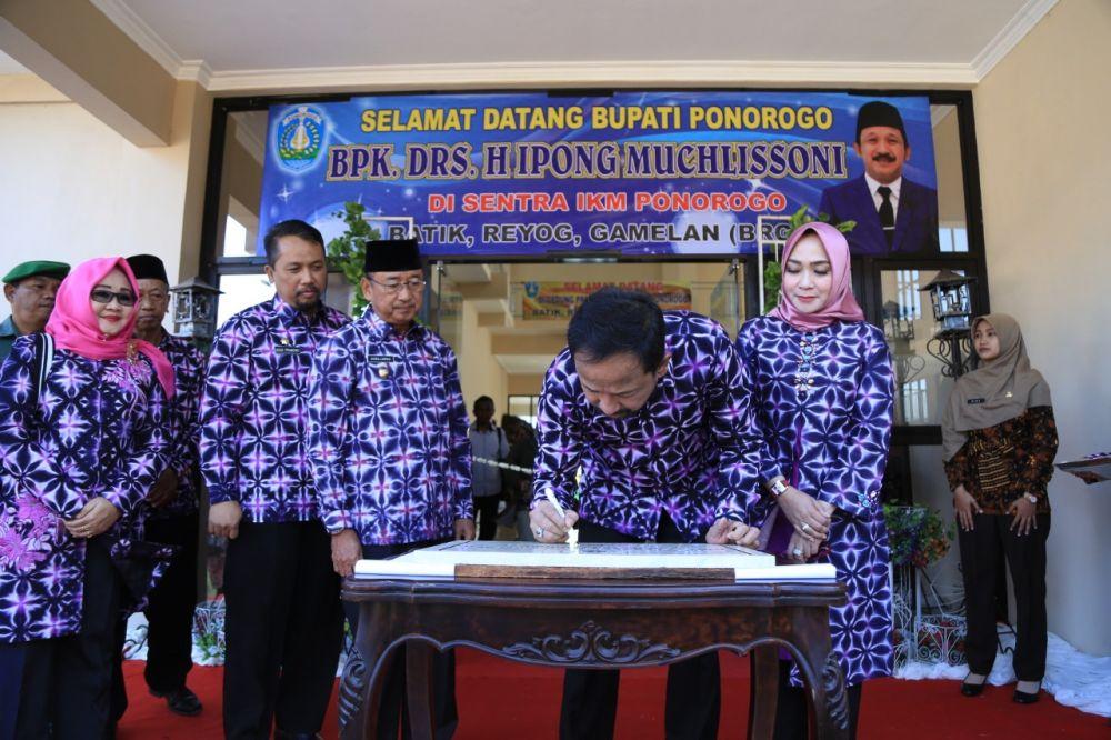 Bupati Ipong membubuhkan tanda tangan saat peresmian
