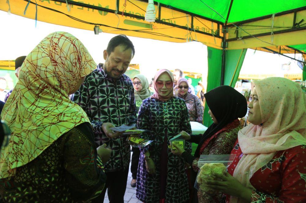 Bupati Ipong mengunjungi tempat pelaku UMKM yang ada di Sentra Industri Tambakbayan setelah peresmian