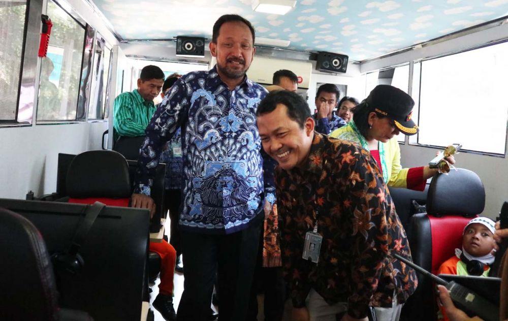 Bupati Ipong melihat sosialisasi antikorupsi di Bus KPK