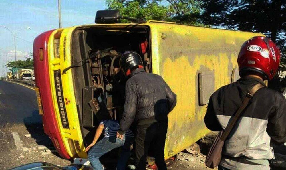 Bus jurusan Mojokerto-Pasuruan terguling di Bangil