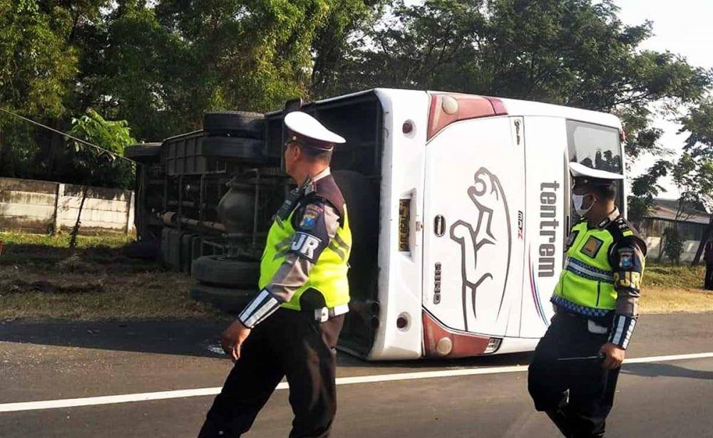 Proses evakuasi Bus Tentrem yang terguling (foto: Istimewa)