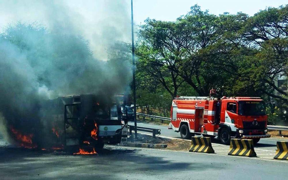 Proses pemadaman bus yang terbakar di Gate Tol Sidoarjo 2