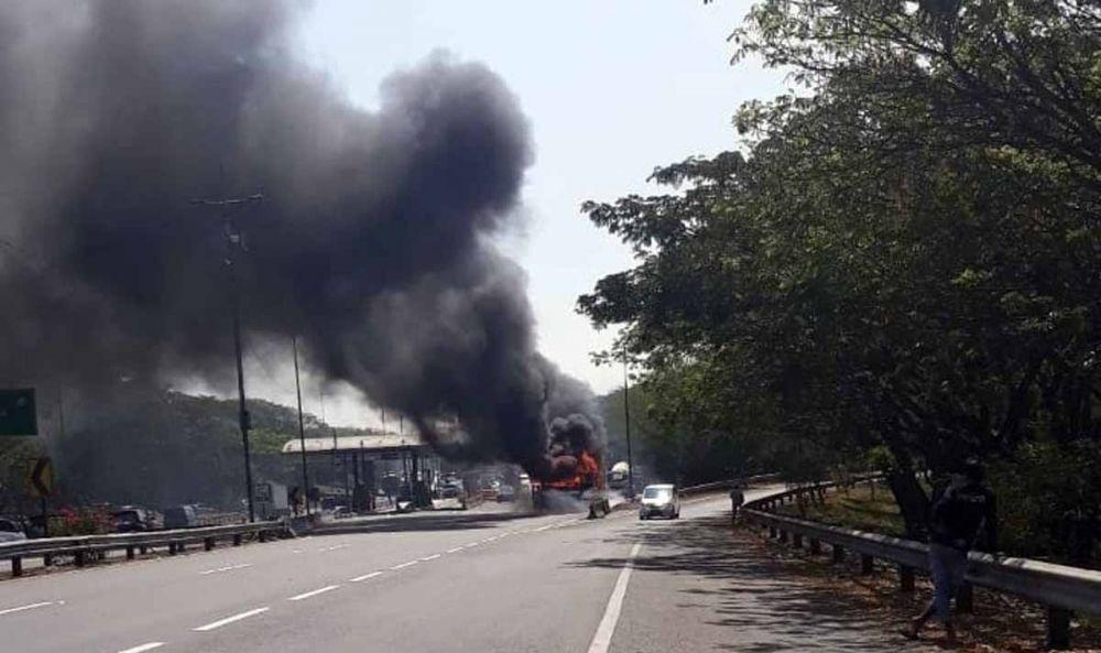 Api membakar habis bus di Gate Tol Sidoarjo