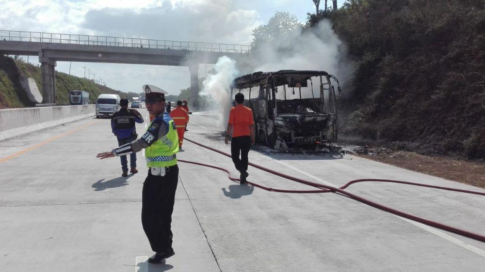 Anggota PJR Polda Jatim mengalihkan semua kendaraan ke lajur aman