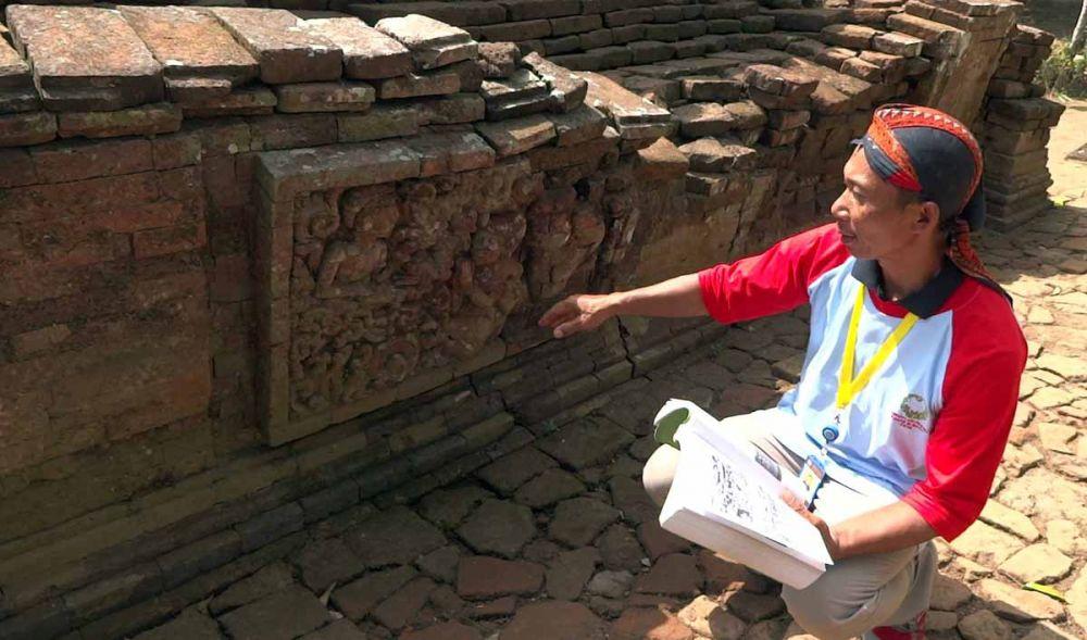 Suyoto, Juru Pelihara Candi Mirigambar menunjukkan relief yang ada pada candi tersebut