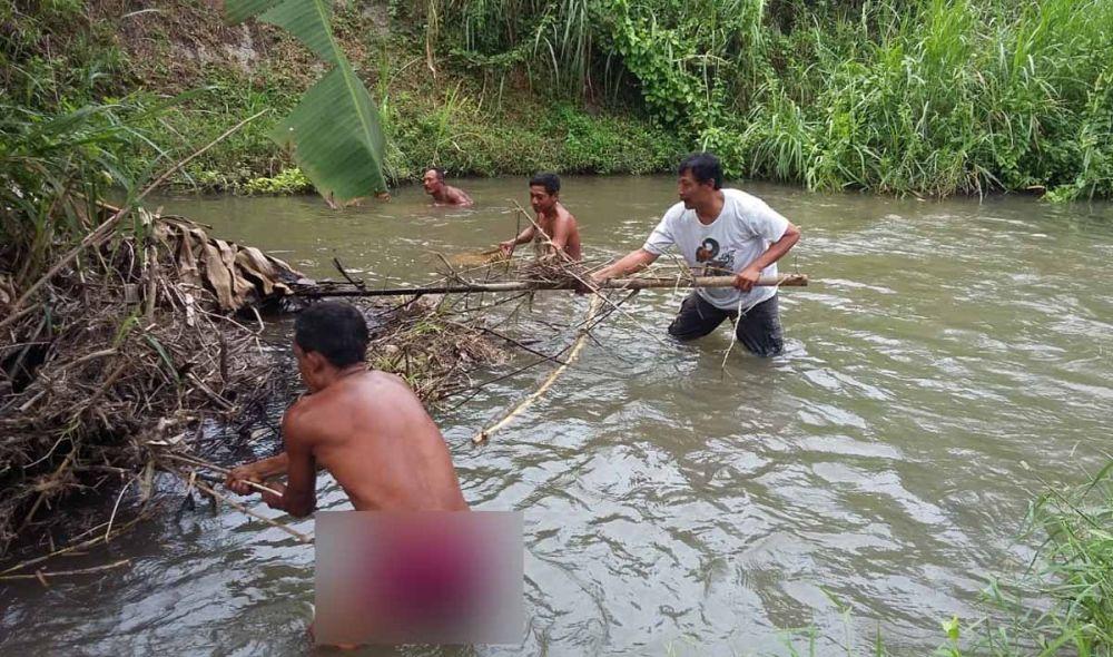 Polisi dibantu warga menyelam dan menyisir ke dalam sungai untuk mencari bagian kepala mayat dalam koper di Blitar