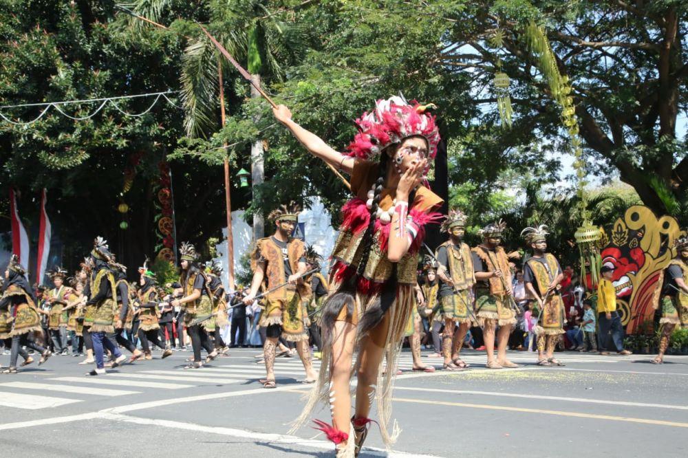 Atraksi salah satu peserta Karnaval Kebangsaan Banyuwangi