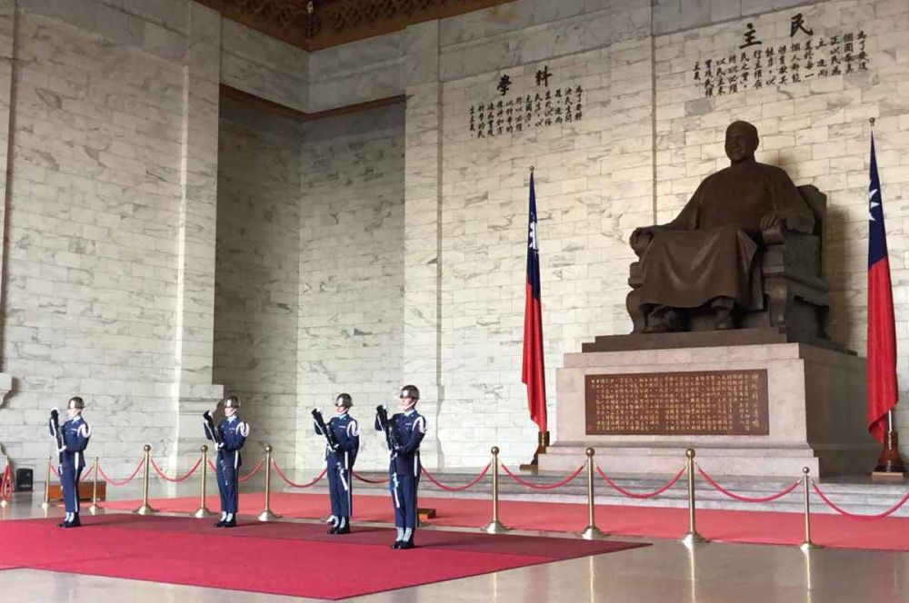 Pasukan menjaga ketat patung Chiang Kai Shek