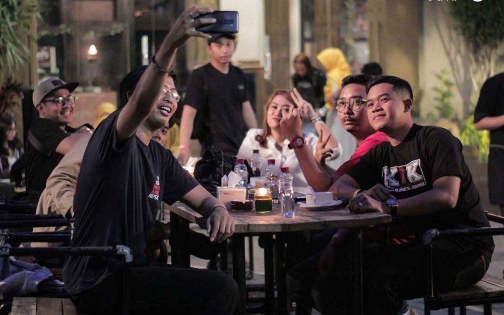 Keseruan menikmati kuliner sore hari di Colors Pub and Restaurant, Jalan Sumatera 81 Surabaya