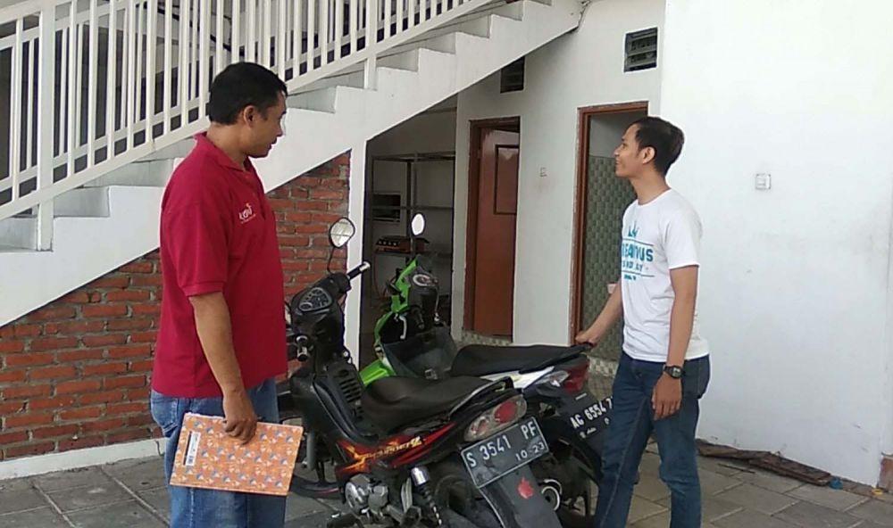 Korban menunjukkan lokasi parkir motornya sebelum dicuri