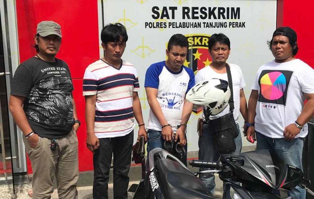 Faruk Maulana (tengah), pencuri motor saat diamankan Unit Resmob Polres Pelabuhan Tanjung Perak Surabaya