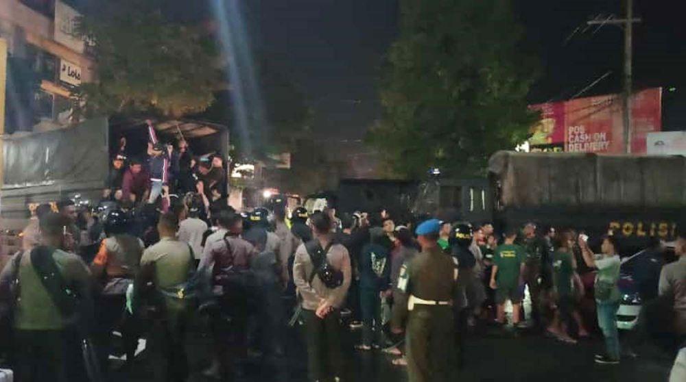 Sejumlah suporter dievakuasi menggunakan truk untuk diantar ke tempat asalnya