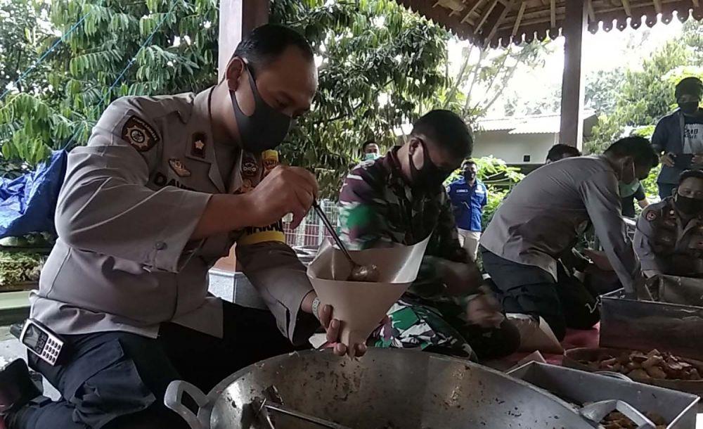Wakapolres Mojokerto Kompol David Triyo Prasojo saat berada di dapur umum untuk warga terdampak Covid-19