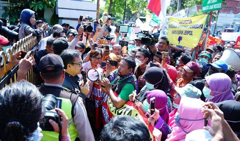 Ratusan guru SMP swasta menggelar demo di Balai Kota Surabaya