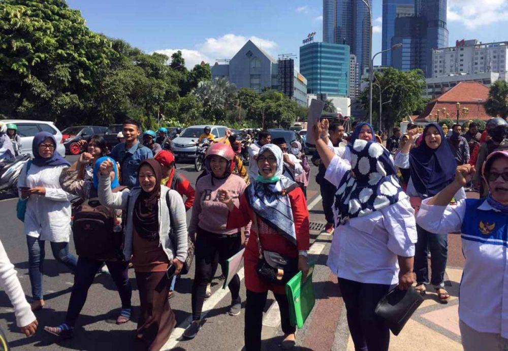 Emak-emak demo sistem zonasi di Depan Gedung Negara Grahadi Surabaya
