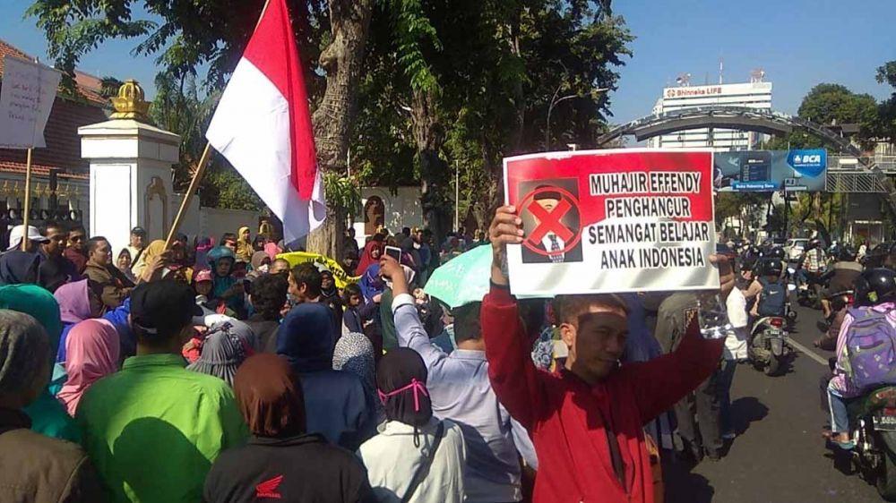Poster protes sistem zonasi dibentangkan peserta demo