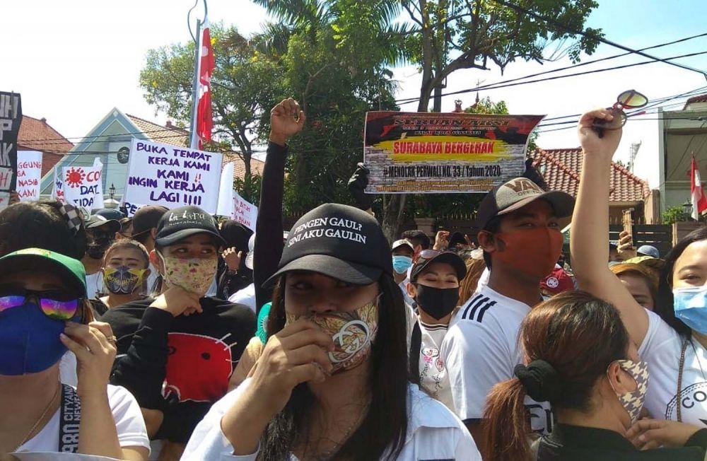 Para pekerja tempat hiburan malam saat menggelar aksi di depan Balai Kota Surabaya