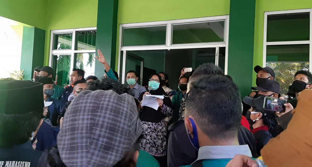 Rektor IAIN Ponorogo Siti Maryam Yusuf saat menemui para mahasiswa
