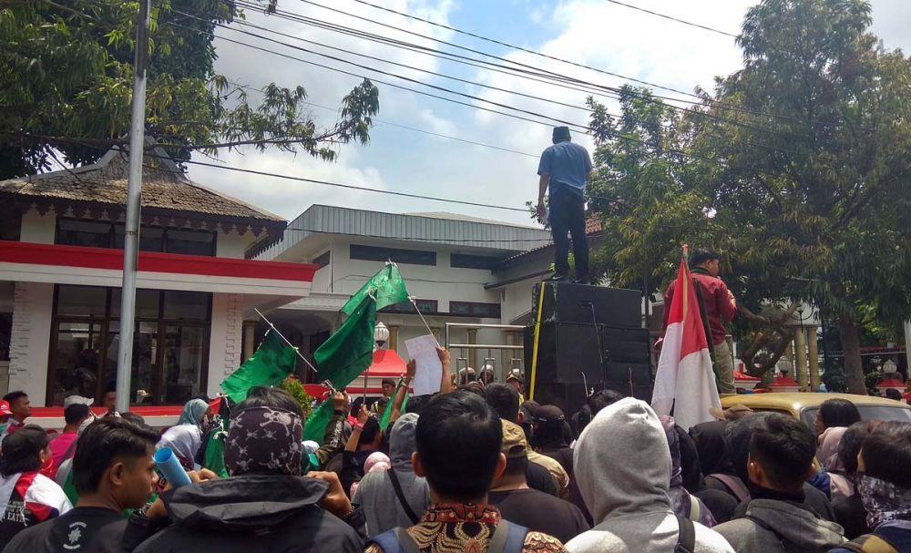 Para mahasiswa dari HMI demo di depan Gedung DRPD Kota Blitar