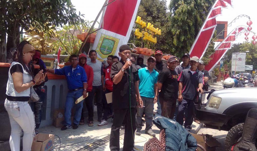 Sejumlah Pengurus KONI menggelar demo di depan Kantor Pemkot Mojokerto