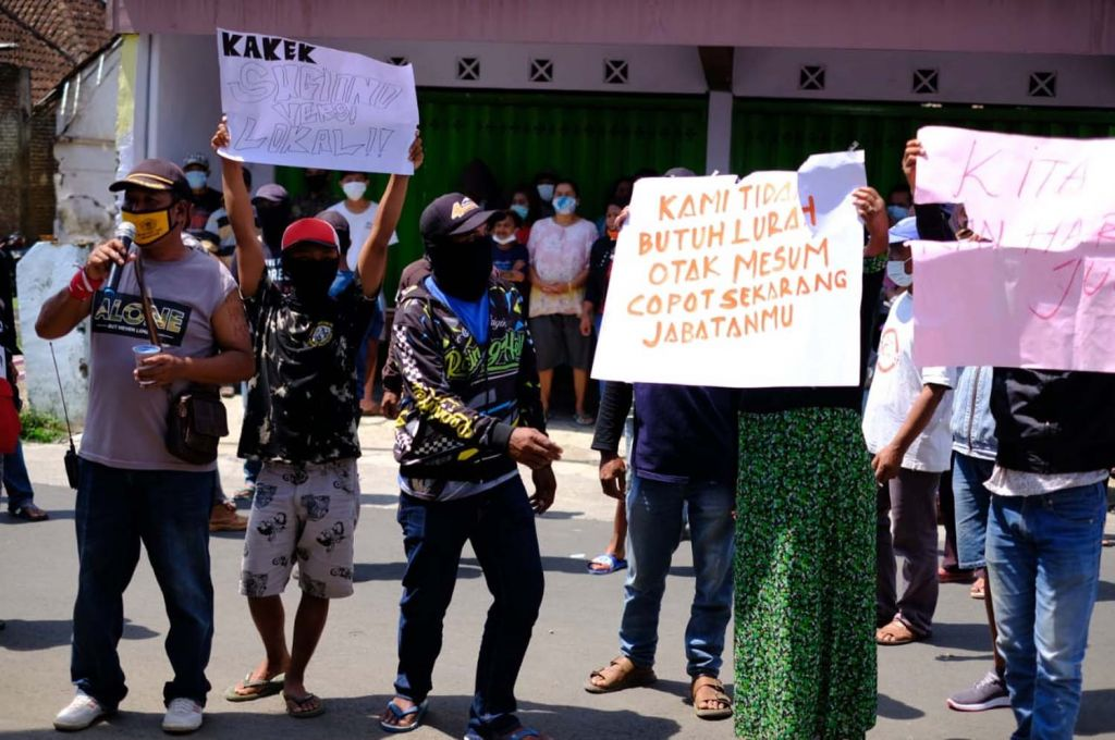 Warga demo tuntut kades di Kota Batu dicopot