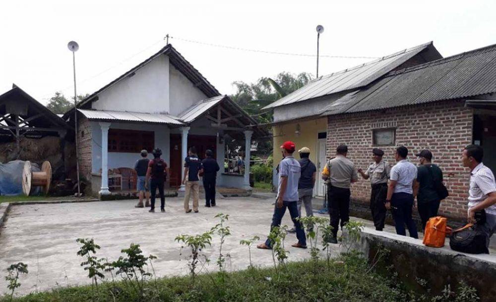 Tim Densus 88 menggeledah rumah terduga teroris di Nganjuk untuk mencari barang bukti (foto: Antara Jatim)