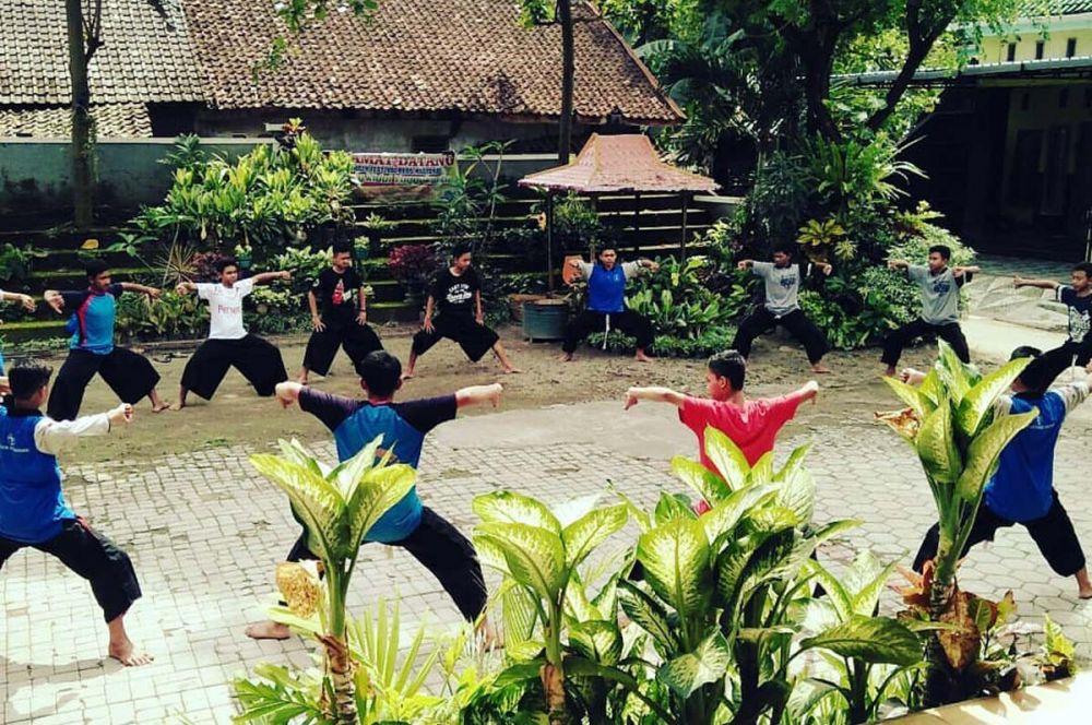Warga di Desa Sumoroto, Kecamatan Kauman, Kabupaten Ponorogo berlatih kesenian reog