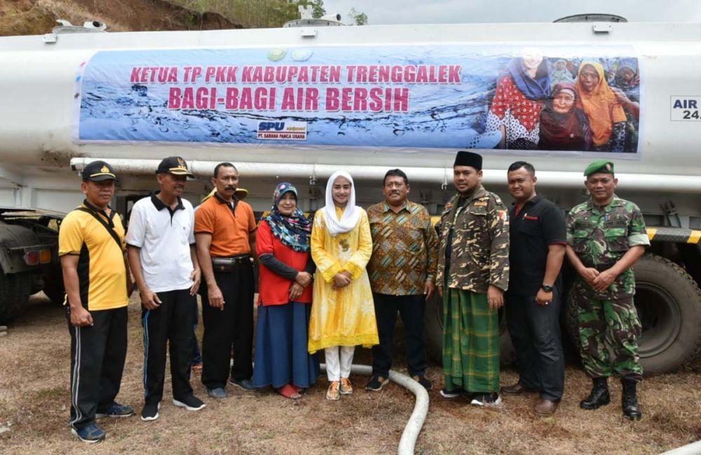 Novita Hardini Mochamad, istri Bupati Trenggalek Mochamad Nur Arifin usai mengikuti pendistribusian air bersih ke warga terdampak kekeringan