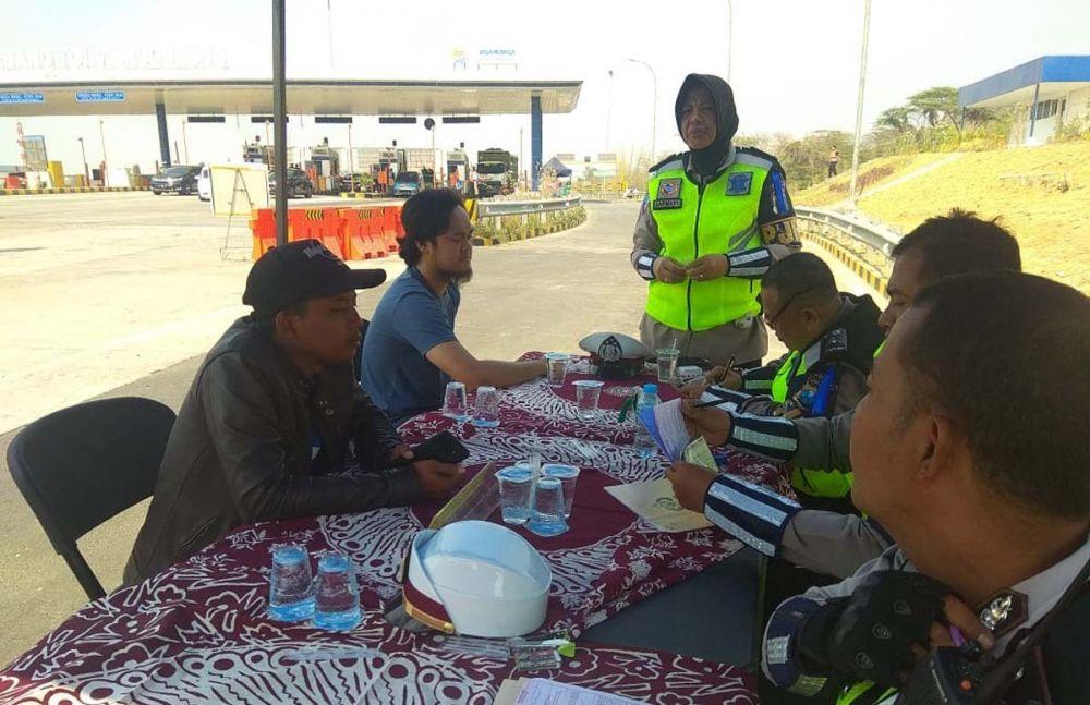 Para pelanggar diwajibkan mengikuti sidang di tempat di tepi jalan tol