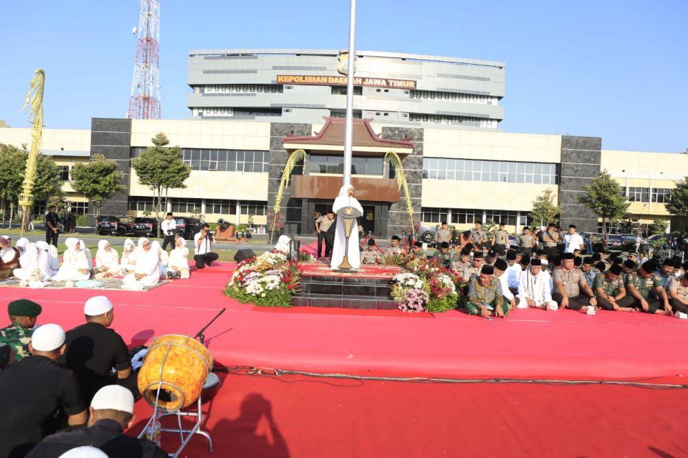 Gubernur Jawa Timur Khofifah Indar Parawansa juga hadir dalam doa bersama ini