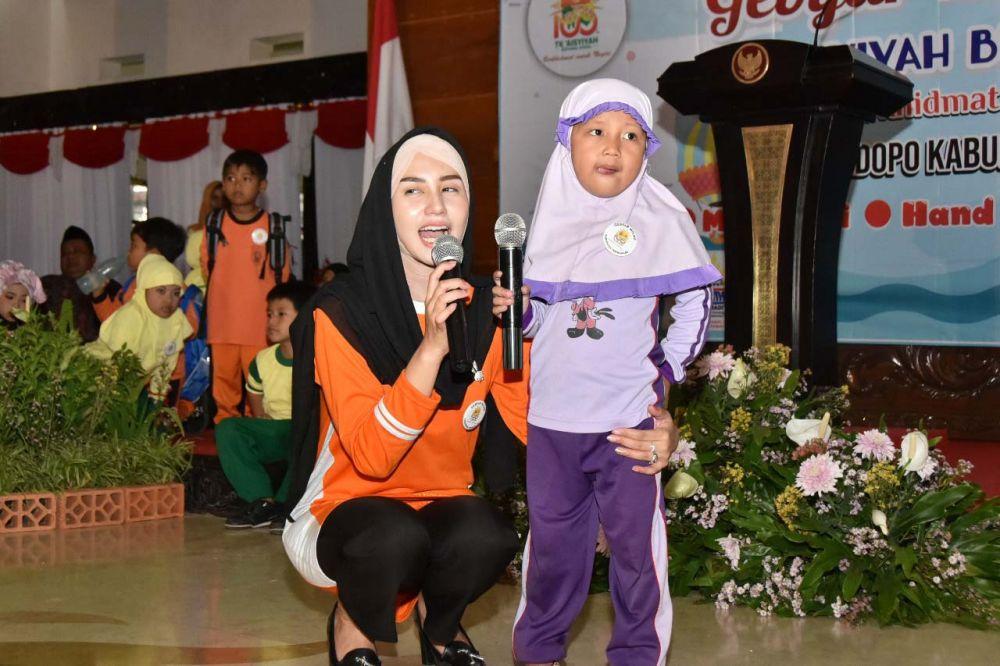 Novita, istri Bupati Nur Arifin menceritakan dongeng semut kepada para siswa TK Trenggalek