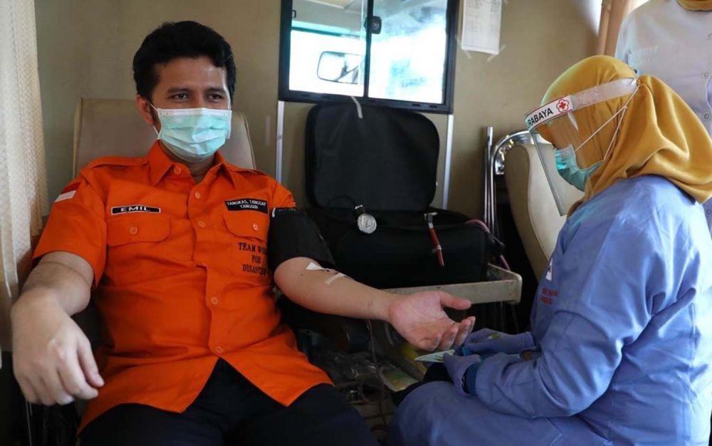 Wakil Gubernur Jatim Emil Elestianto Dardak mengikuti donor darah