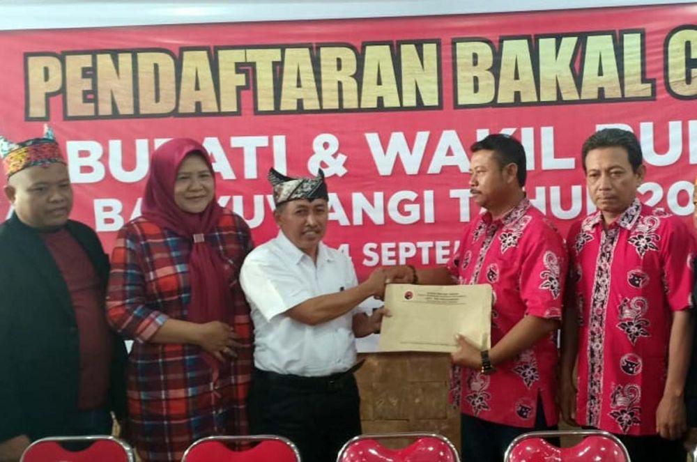 Direktur RSUD Genteng dr taufik Hidayat saat mengembalikan formulir pendaftaran Bacabup ke Kantor PDI Perjuangan Banyuwangi