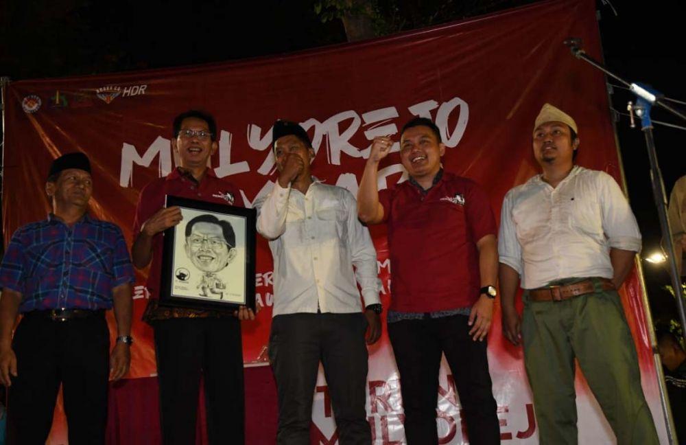 Ketua DPRD Kota Surabaya Adi Sutarwijono, Ketua Karang Taruna Surabaya Fuad Bernardi usai menonton drama kolosal 'Mulyorejo Membara'
