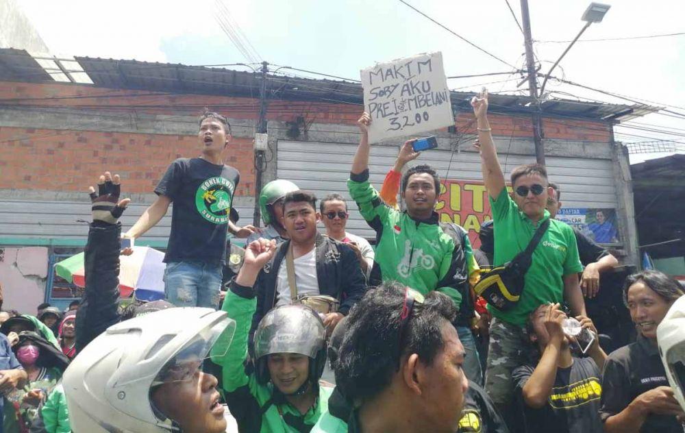 Ratusan driver ojek online saat meluruk Kantor Gojek di Jalan Ngagel, Surabaya