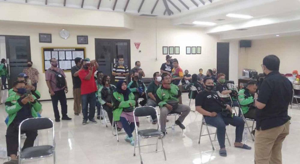 Cawali Surabaya Machfud Arifin menggelar donor darah bersama para driver ojol pendukungnya di PMI