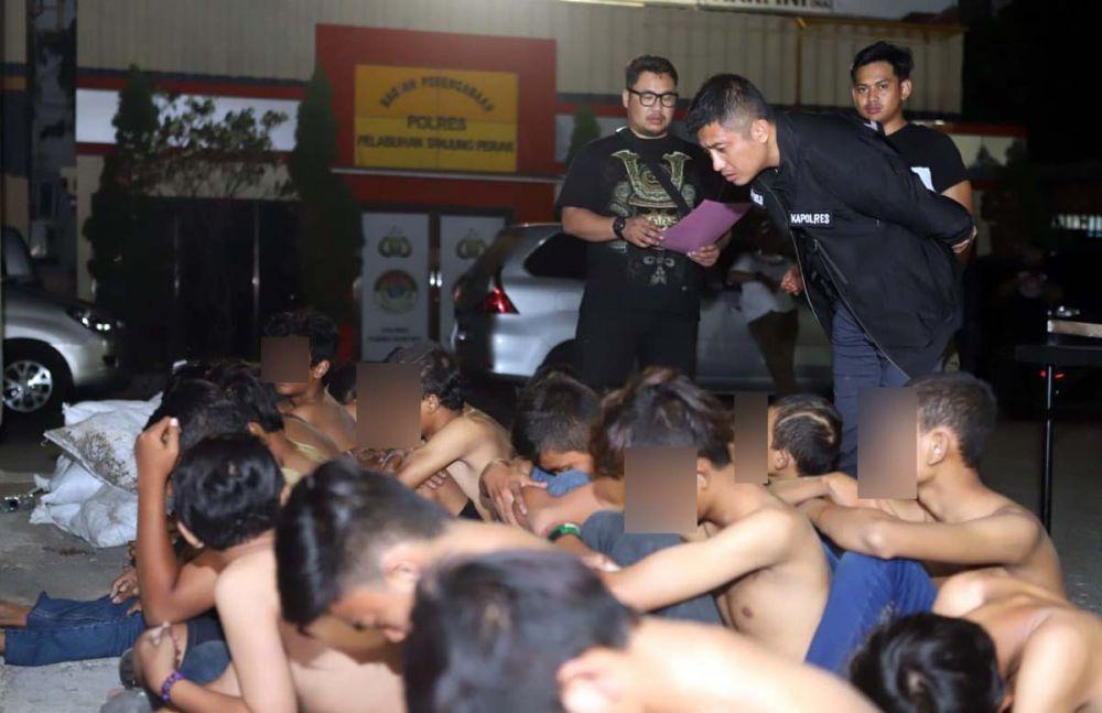 Kapolres Pelabuhan Tanjung Perak AKBP Antonius Agus Rahmanto dan Kasatreskrim AKP Dimas Ferry Anuraga menginterogasi para remaja dari dua geng yang diamankan